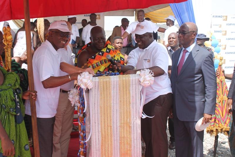 Asantehene Otumfuo Osei Tutu II, who unveiled the plaque to officially open the Asanko Gold Mine at manso Nkran
